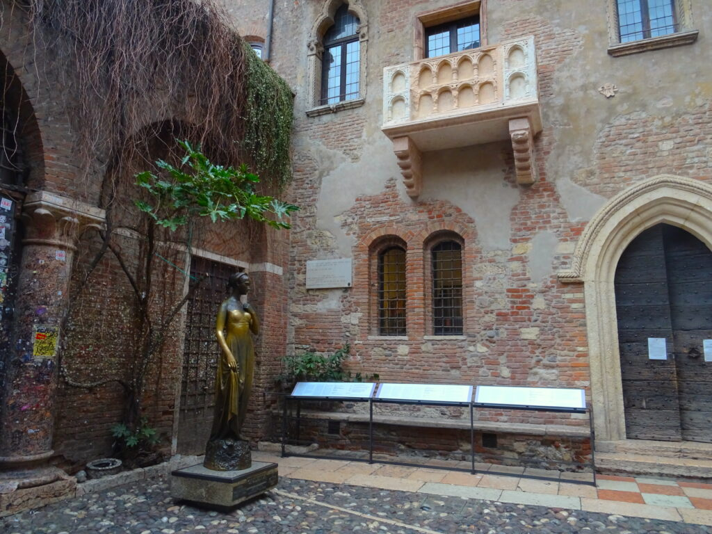 Courtyard Of Juliet's House With Juliet's Balcony And Statue